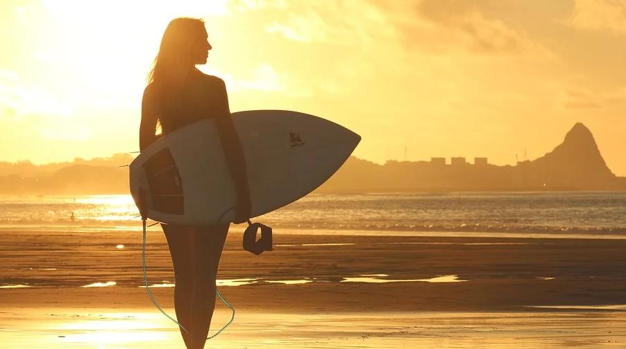 Mit einem elektrisch betriebenen Surfbrett wird gewährleistet, dass auch bei wenig Wind gesurft werden kann